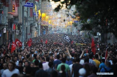 Square Mawar by Ribuan Demonstran Kembali Duduki Istanbul Taksim Square