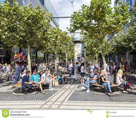 zeil am main marathon people on the shopping street zeil in frankfurt am main