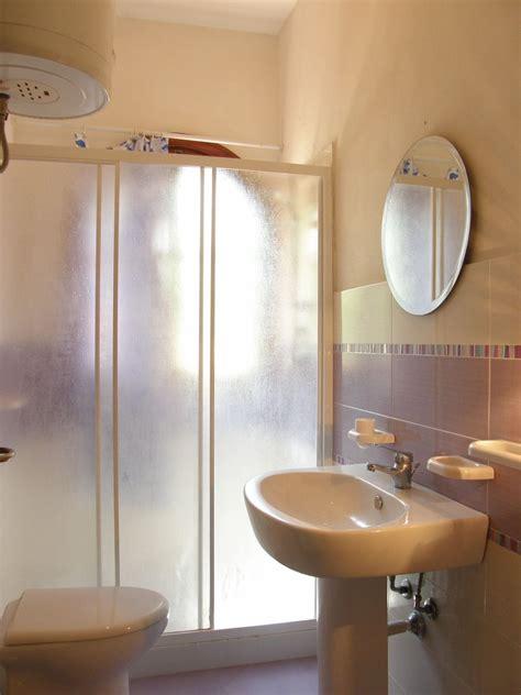 fare sotto la doccia doccia sotto la finestra finest doccia sotto finestra con