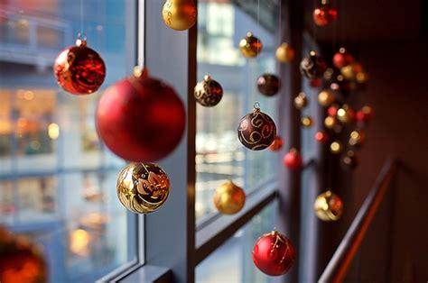 fensterdeko weihnachten kugeln rote weihnachtsdeko ideen 45 ideen in traditionellen farben