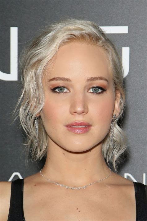 jennifer lawrence hair co or for two toned pixie see jennifer lawrence s cool new hair color