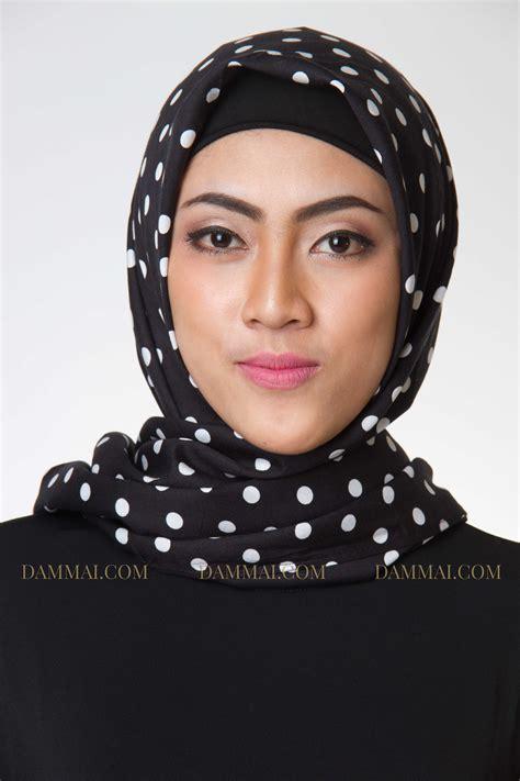 Jilbab Segi Empat Garis black polkadot jilbab segi empat dammai