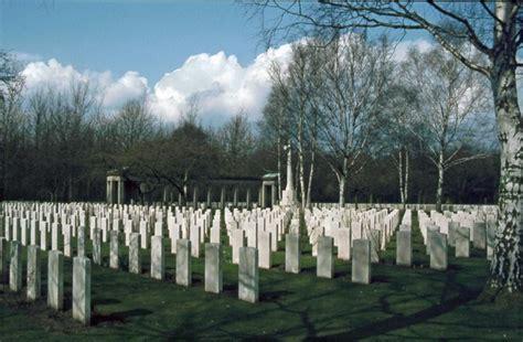 Fotograf K Lintfort by Englischer Soldatenfriedhof K Lintfort Mgrs