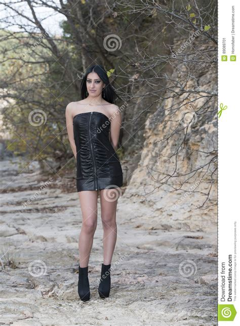 who is the tall girl wearing the pink skirt in liberty mutual commercial tall woman wear black leather strapless short dress and