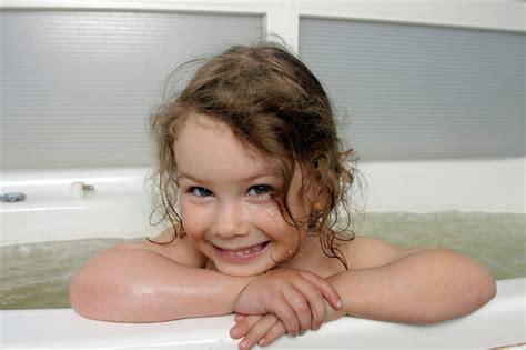 one girl one bathtub 外国人が絶句する日本の家族習慣 父親が幼い娘と一緒に風呂に入るなんてアリエナイ 鴻上 尚史 現代ビジネス