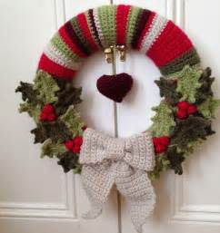 a christmas wreath holly pattern crochet tutorials