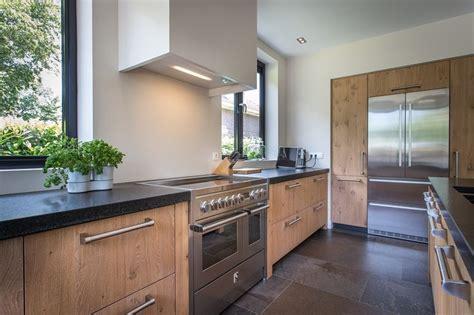 houten keuken met zwart natuursteen blad en moderne