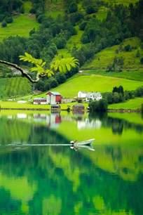 Impressionnant Mini Jardin D Interieur #6: Paysage-paradisiaque-de-la-montagne-verte-avec-un-lac-dans-la-nature-jolie.jpg