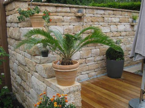 dekorative mauern im garten santuro mauer galabau m 228 hler betonmauer gartenmauer