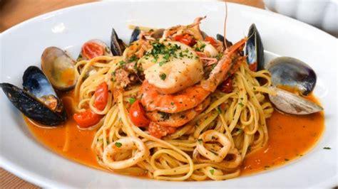 cucinare frutti di mare spaghetti con gamberi e frutti di mare creare in cucina