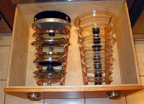 um armario a forma de um como guardar tas de panelas da melhor forma de 5 maneiras