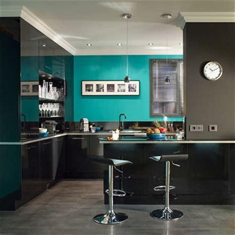 deco mur cuisine moderne cuisine moderne peinture bleu lagon et meubles noir