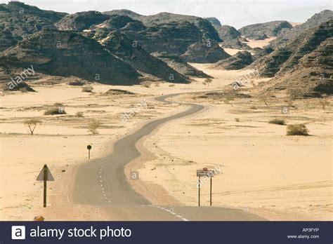 www haoues com winding road in the desert djanet bordj el haoues