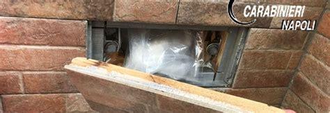 spaccio piastrelle droga un nascondiglio segreto sul terrazzo di casa sotto