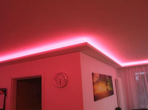 stuckleiste für indirekte beleuchtung ideen f 252 r schlafzimmer in violett