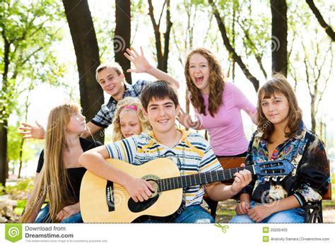 imagenes jovenes alegres adolescentes alegres foto de archivo imagen 20200400