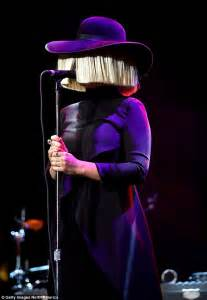 does sia wear a wig sia wears bobbed wig and hat as she arrives at venice film