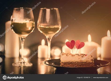 imagenes navidad y vino pastel de navidad y dos copas de vino fotos de stock