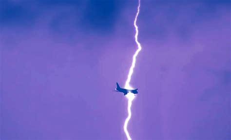 atterraggio aereo dalla cabina fulmine colpisce aereo a brindisi durante atterraggio