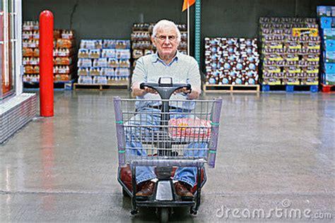 sedia a rotelle motorizzata sedia a rotelle motorizzata degli azionamenti anziani dell