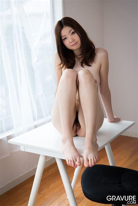 Gravure Com Mari Takizawa On The Desk