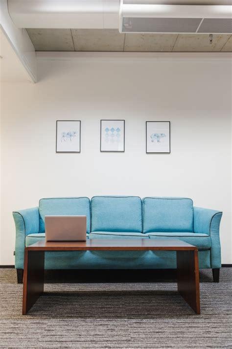 tappeto ufficio tavolo e divano sul tappeto in ufficio foto gratuite with