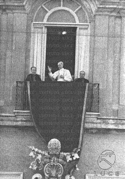 La benedizione di Pio XII dal balcone del palazzo papale