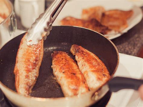 cucinare pesce in padella come cucinare il pesce in padella