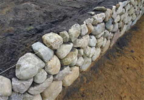 trockenmauer bauen ohne fundament natursteinmauer anleitung zum mauern und selber bauen