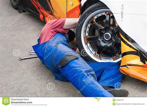 Auto Mechaniker by Automechaniker Der Ein Auto Repariert Stockfoto Bild