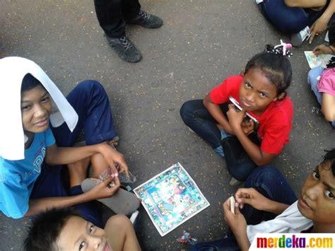 anak anak merdeka foto senangnya anak anak bermain gasing dan congkak di