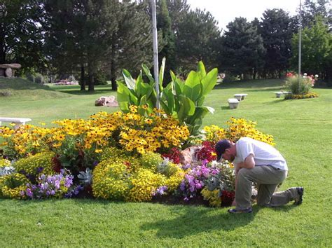 Flagpole Landscaping Ideas Designing The Flower Bed Ideas Around Flag Pole Home Interior Design