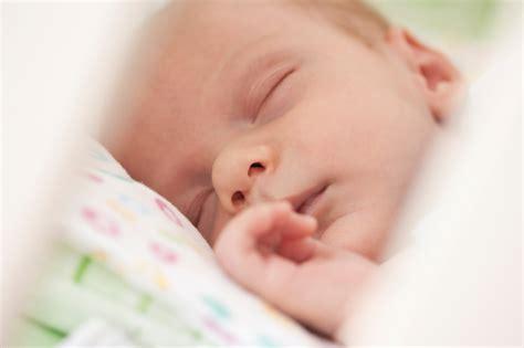 baby dreht sich im schlaf auf bauch babybalkon f 252 r einen ruhigen schlaf wireltern ch