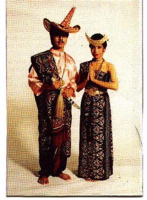 Baju Adat Ntt maryo bahas manusia sebagai makhluk budaya
