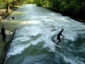 eisbach englischer garten bild quot surfer auf dem eisbach im englischen garten quot zu