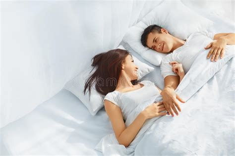 couples d amour dans le lit photo stock image 61074982