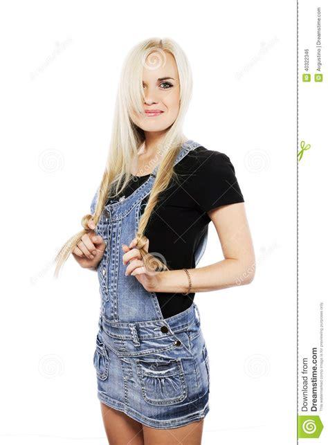 la ragazza della porta affianco ritratto di una ragazza sorridente in vestiti stili