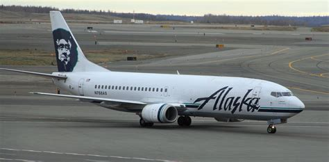 file alaska airlines boeing 737 anchorage airport jpg wikimedia commons