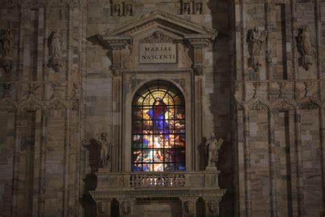 illuminate per natale foto duomo lo spettacolo delle vetrate illuminate per