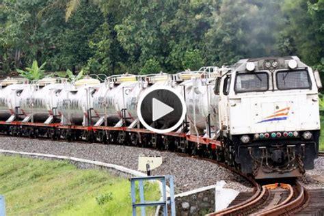detik api detik detik petugas kereta api bandung bunuh diri di rel