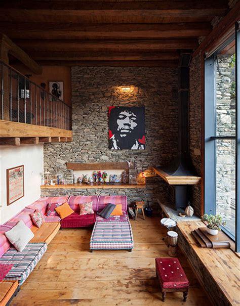 chill out in a living room decked in cool spectrum shades straight from the runway rustieke woonkamer van een gerenoveerde woonboerderij