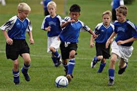 imagenes niños jugando futbol jugar al f 250 tbol es bueno para los huesos de los ni 241 os quo