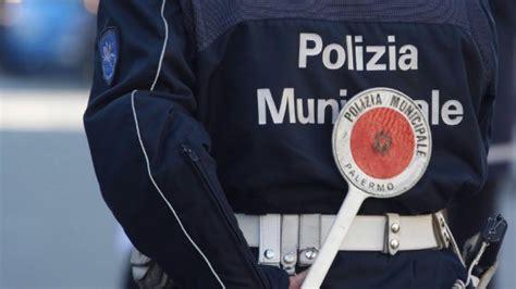 polizia municipale genova ufficio contravvenzioni quot cos 236 i vigili cancellavano le multe quot quattro agenti
