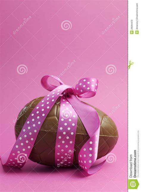 con il nastro rosa testo grande uovo di pasqua cioccolato con il nastro rosa