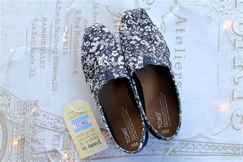 Toms Shoes Giveaway - toms giveaway becboop