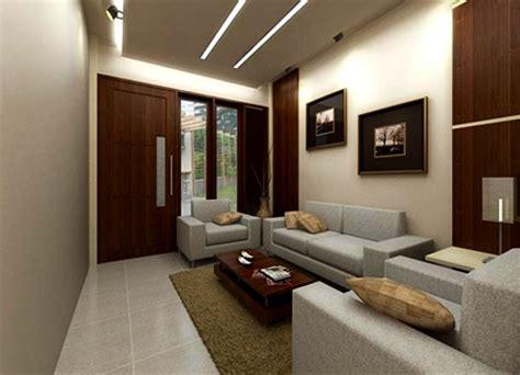 Karpet Karakter Warna Ungu Muda mendekorasi ruang tamu dengan bentuk sempit memanjang