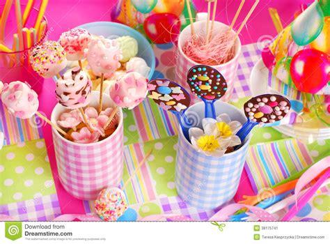 tavola compleanno bambini tavola della festa di compleanno con i dolci per i bambini