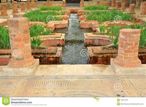imagenes jardines romanos fuentes en los jardines romanos del agua foto de archivo