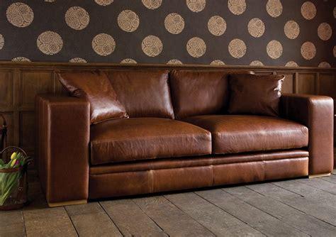 Impressionnant Canape En Cuir 3 Places #3: Comment-nettoyer-canap%C3%A9-cuir-canap%C3%A9-luxe-2-places-marron-coussin-assorti.jpg