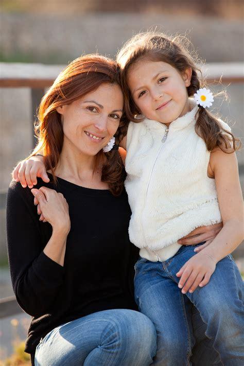mama calienta asu hijo y sela cojen madre encuentra a su hija follando mama encuentra a su